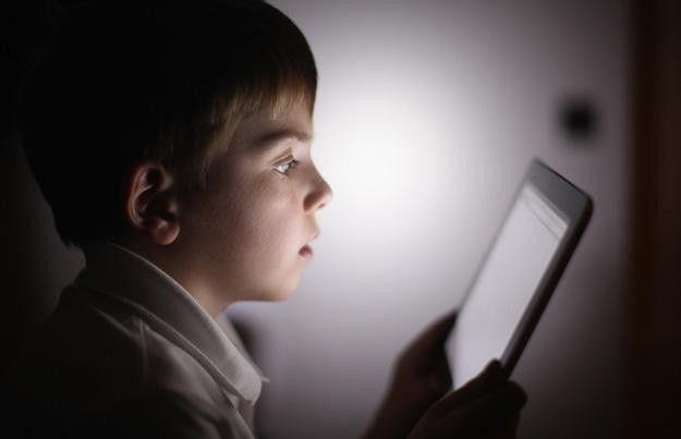 bambino utilizza tablet