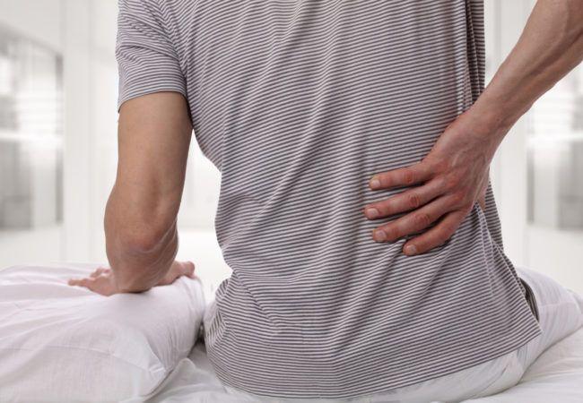 uomo con dolori alla schiena