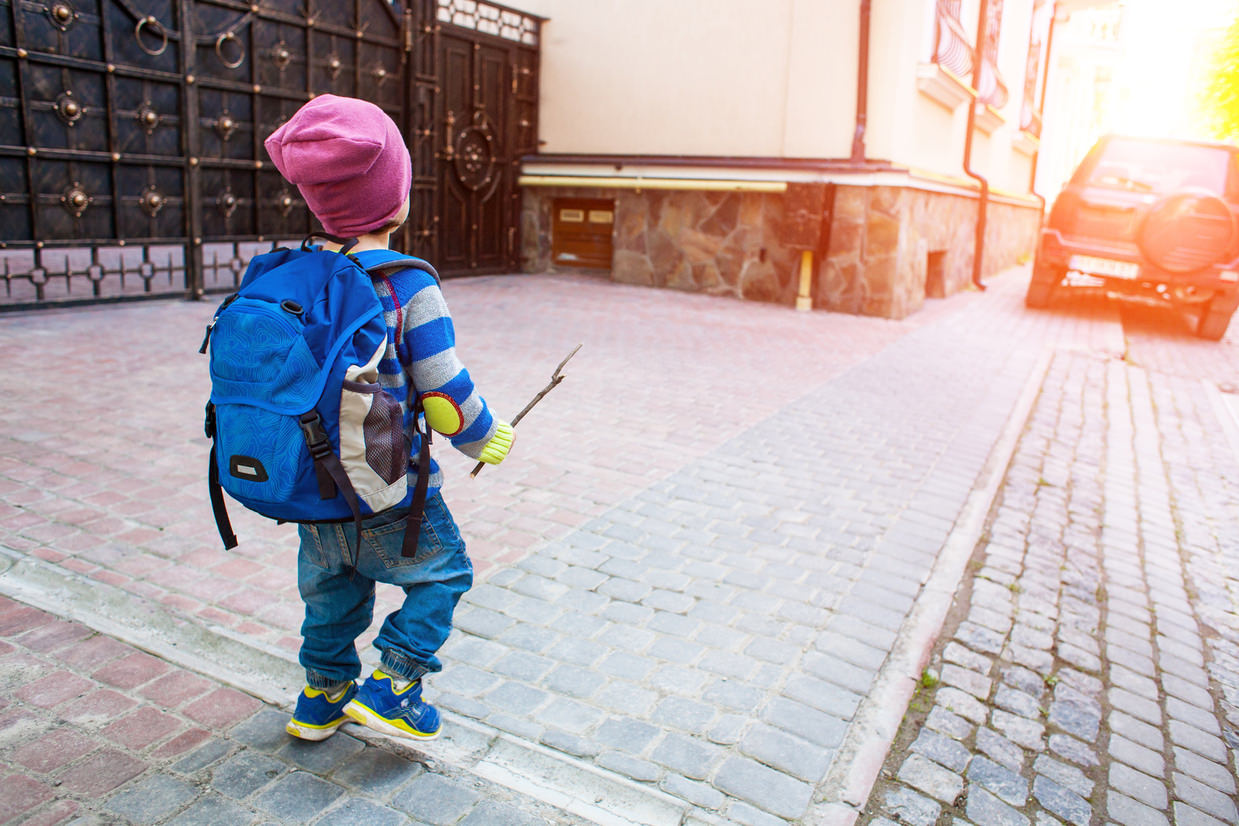 bambino a passeggio, pericolo inquinamento